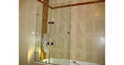 Стеклянные складные шторки для ванной